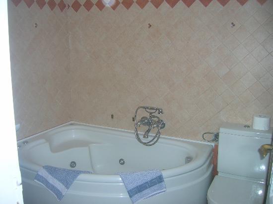 Filotera Suites: Tub in bathroom