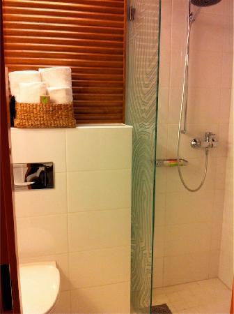 Klaus K Hotel: Clean and efficient bathroom