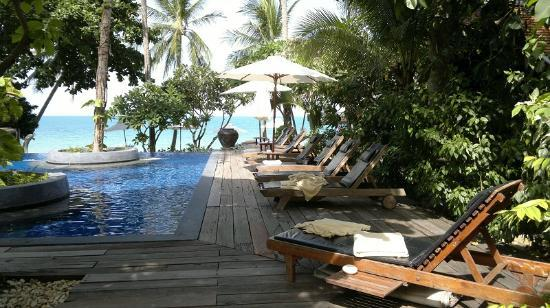 Samui Paradise Chaweng Beach Resort : View of the swimming pool towards the sea