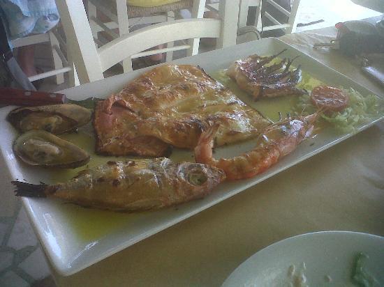 Perivolos, กรีซ: Piatto misto di pesce x1!