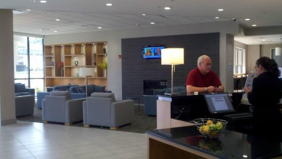 Holiday Inn Express & Suites Stamford: Lobby