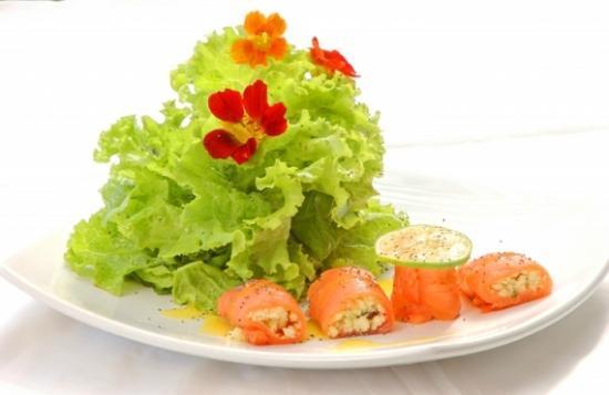 Azul: Salada verde com salmão e ricota.