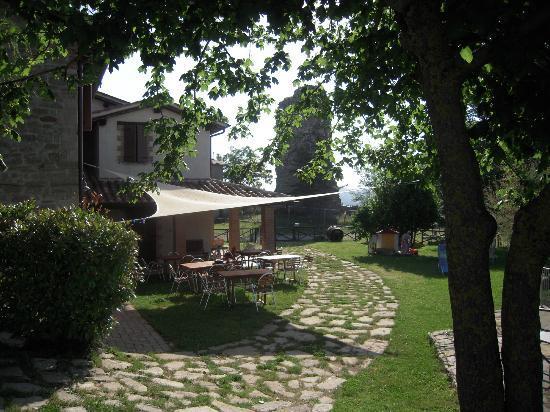 Agriturismo Borgo San Benedetto : zona riservata alla cena all'aperto