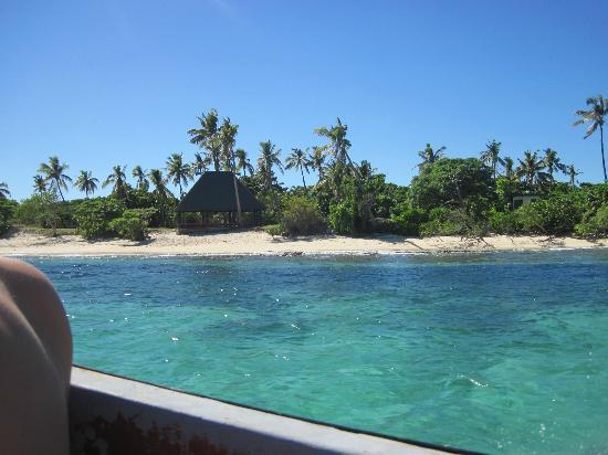 Mana Lagoon Backpackers: View from the boat of Mana Island