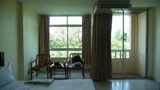 โรงแรมกะรน ลิฟวิ่ง รูม: Room view with big windows on the left & balcony door-way on the right.
