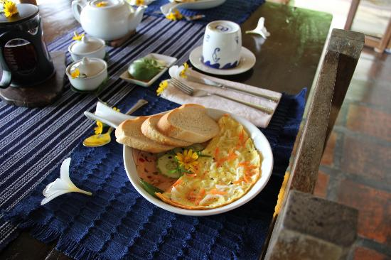 Boracay Private Mt. Casitas Villa : Breakfast prepared by Pat