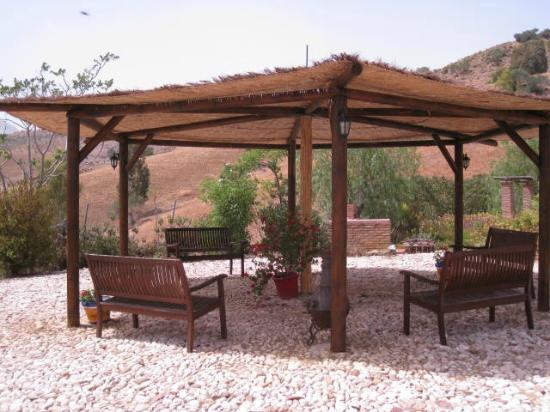 Cortijo Valverde: Shaded seating in the garden