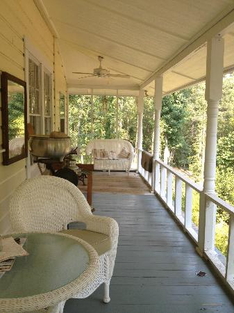 Holly Hill Homestead B&B: The lovely porch.