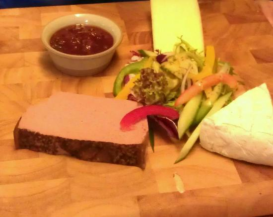 The Sun Hotel and Bar: pate,brie and smoked cheese platter