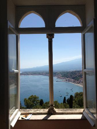Bel Soggiorno Hotel: Window in the hallway looking out to Etna