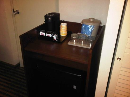 Pearson Hotel Conference Centre Toronto Airport: Fridge + coffee service