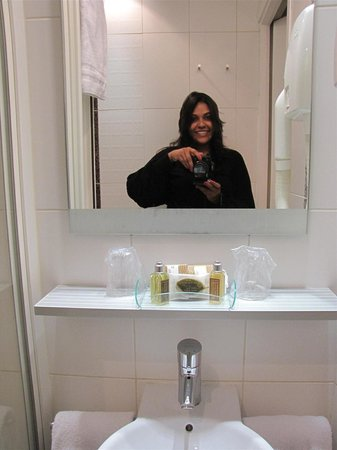 Hotel Courcelles Etoile : Clean bathroom