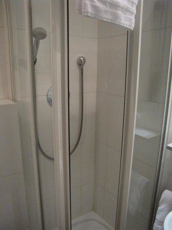 Hotel Courcelles Etoile : Tiny shower cubicle