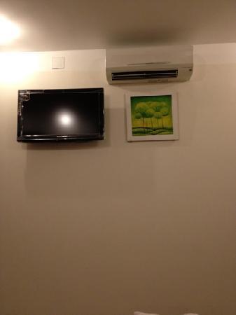 Dreams Hotel Danang: tv and aircon