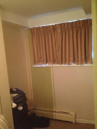 فيكتورياس مانشن جست هاوس: One of the windows in room 1. Obviously room for a dresser or chest but there are none in the en