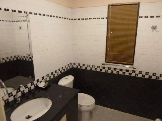 River Resort & Spa: Bathrooms with bright tiles and paint