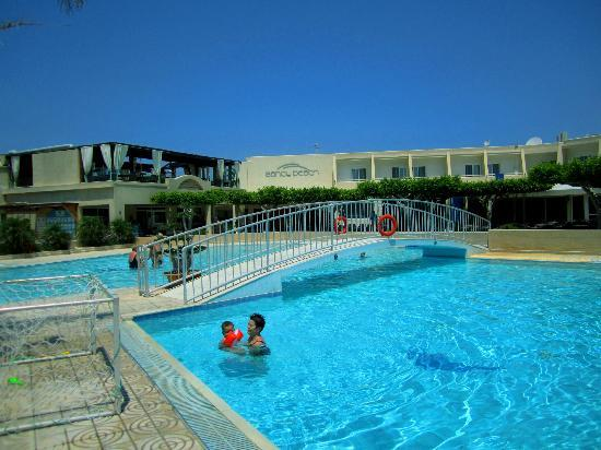 Sandy Beach Hotel & Family Suites: Einer der Pools