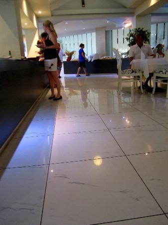 Sandy Beach Hotel & Family Suites: Sauber, man könnte auf dem Boden essen!