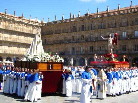Salamanca's Plaza Mayor : Última Procissão da Semana Santa na Plaza Mayor