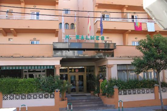 Hotel whala!balmes: Entrada al hotel con sitio de aparcar coche