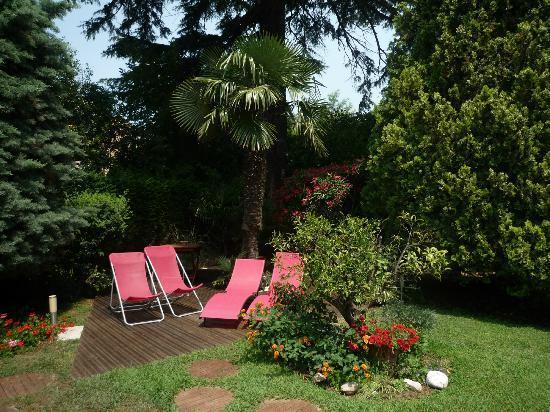 Hotel Spa Béausejour: Espace vert et détente dans le jardin face à la terrasse