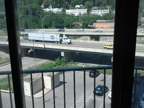 Radisson Hotel Cincinnati Riverfront: Busy highway right outside of hotel ... trucks were so loud, couldnt sleep!