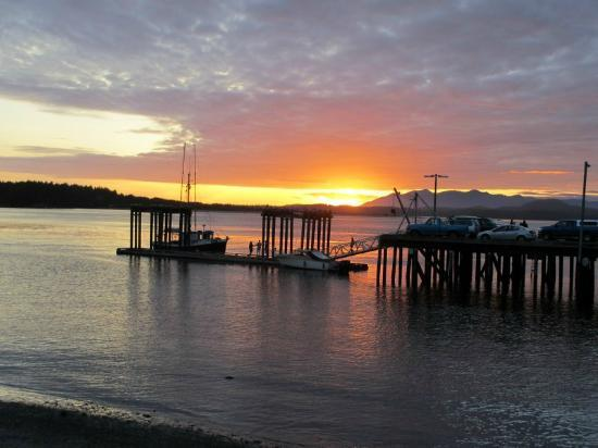 The Tides Inn on Duffin Cove: Tofino Pier at sunset