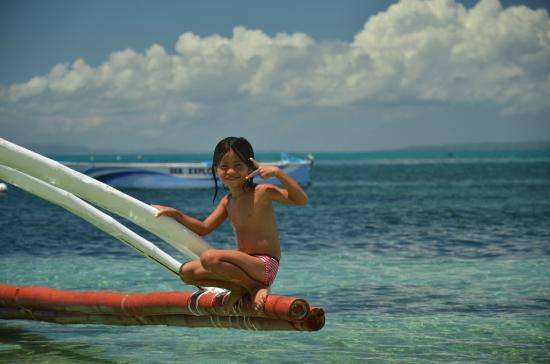 Ocean Vida Beach & Dive Resort: Local kids playing and posing.. ;)