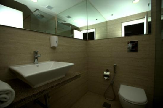 Mango Hotels, Bangalore - Koramangala II: Bathroom