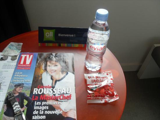 Ibis Styles Paris Gare de l'Est Chateau Landon: Free water, sweets and tv magazine.