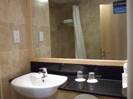 Travelodge Dublin Airport South Hotel: Bathroom 1