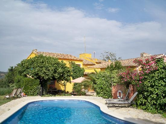 Arianel.la: Blick vom Pool zum Patio, wo gefrühstückt und relaxt wird