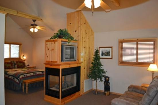 Shadow Mountain Lodge and Cabins: Cabin with vaulted ceilings, knotty pine, gas fireplace, whirlpool