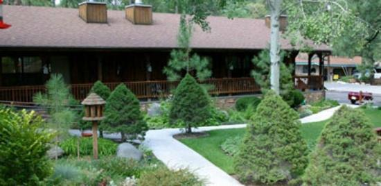 Shadow Mountain Lodge and Cabins: Lodge and Gardens