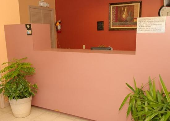 Econo Lodge Biltmore: NCFront Desk