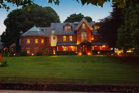 The Sayre Mansion Inn: Mansion at dusk