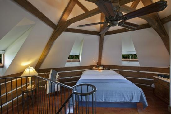 Twin Pine Manor Bed & Breakfast: Tower Suite loft bedroom
