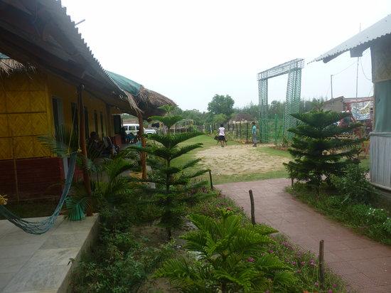 Tajpur Retreat: balcony and rooms