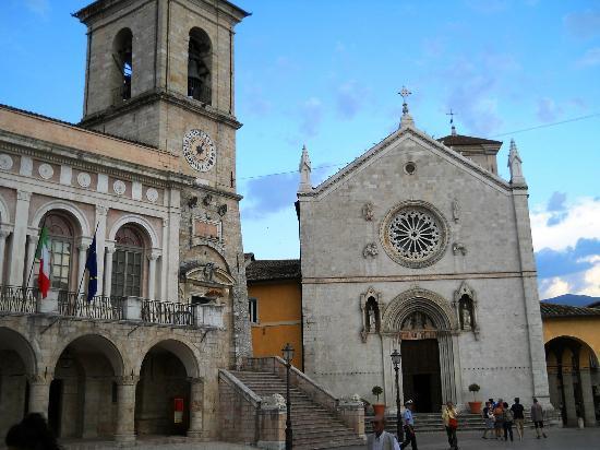 Basilica di San Benedetto: La paizza con La Basilica e il Municipio