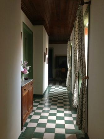 Casa dos Vargos: Upper hallway leading to rooms