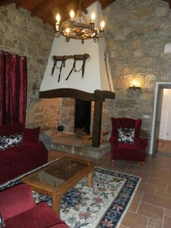 Retiro Da Avo Lidia: The living room and the fireplace