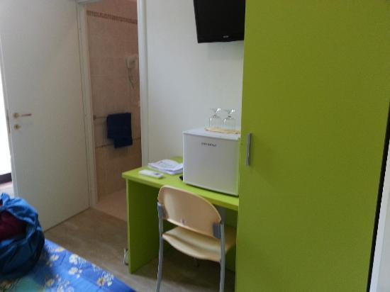 Camere Girasole: armadio e scrivania, televisore e minifrigo