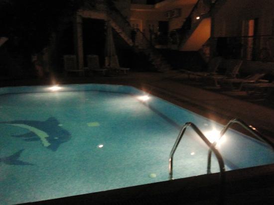 Stratos Hotel: Πισίνα