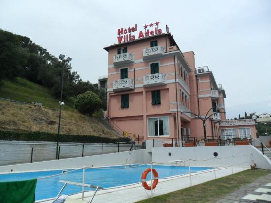 Villa Adele: veduta dell'hotel con piscina