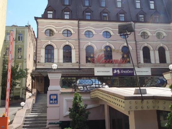 Opera Hotel: Pleasant, unremarkable exterior