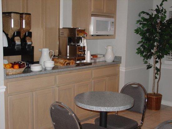 Americas Best Value Inn - New Braunfels / San Antonio: Breakfast Area Tables to Dine at
