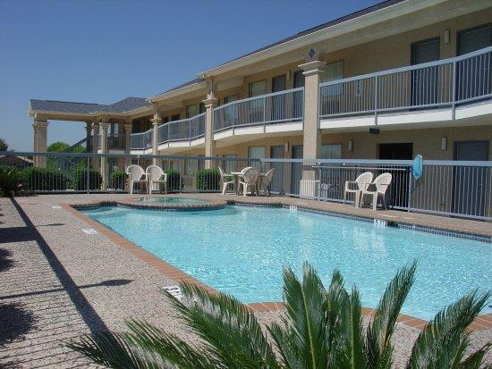 Americas Best Value Inn - New Braunfels / San Antonio: Enjoy a swim in our outdoor pool and jacuzzi!