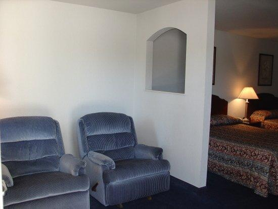 Americas Best Value Inn - New Braunfels / San Antonio: Sitting Area of the Suite with Two Queen Beds