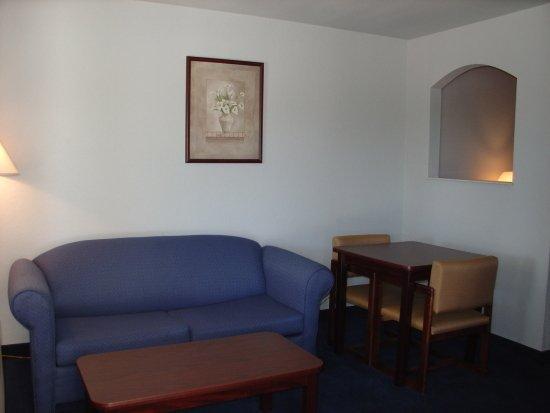 Americas Best Value Inn - New Braunfels / San Antonio : Sitting Area for King Suite