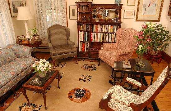 Westchester House Bed and Breakfast: Front parlor of the Westchester House B&B